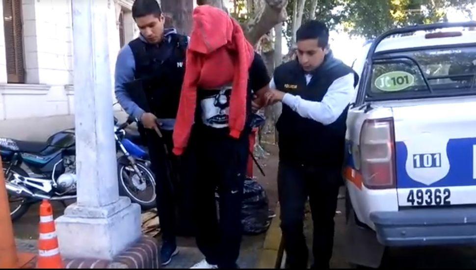 Los delincuentes fueron aprehendidos y trasladados a la comisaría.