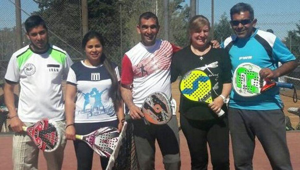 Oscar Quiroga (centro) y otros profesores que presentaron sus alumnos.