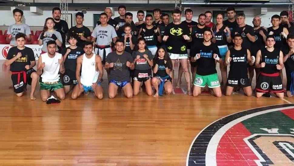 """Participantes del seminario que brindó el """"Chacal"""" Aguirre en el Club Ciclista Juninense."""