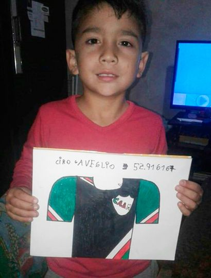 Ciro Gaveglio y su camiseta de Ambos Mundos.