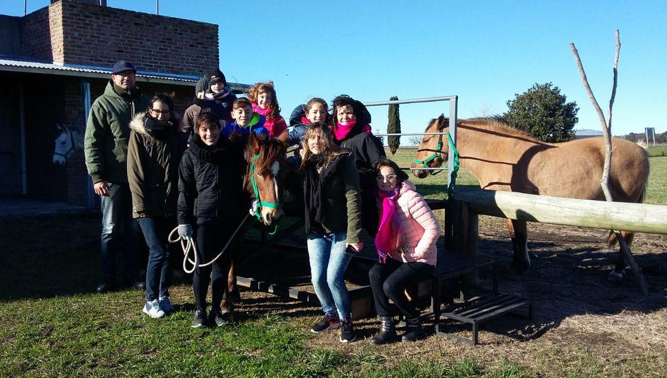 Alumnos de Arribeños visitaron el Centro de Equinoterapia