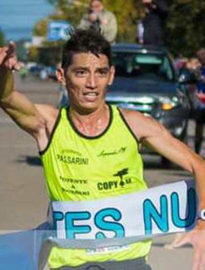 """Miguel Ángel """"Mito"""" Guerra arriba victorioso al final del medio maratón disputado en Nueve de Julio."""