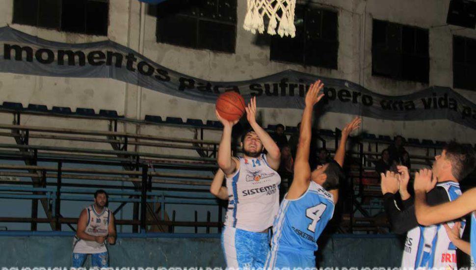 Nicolás Payero busca el lanzamiento ante la marca de Lucas Banegas.