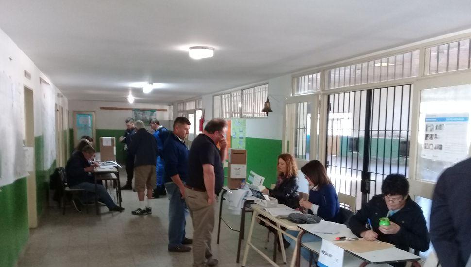 A las 9.30, los votantes comenzaban a acercarse a la Escuela Nº 29 .