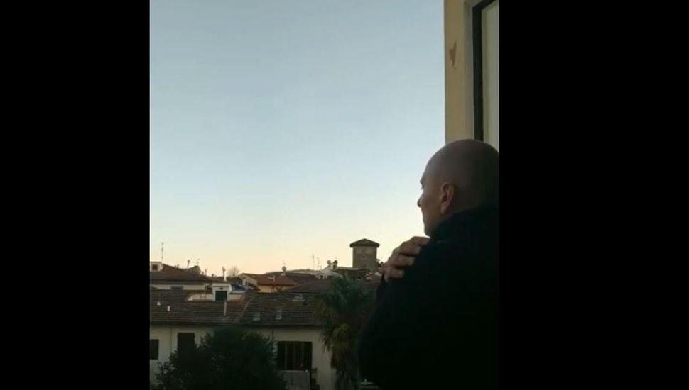 Coronavirus: el tenor en cuarentena que emocionó al mundo desde su balcón