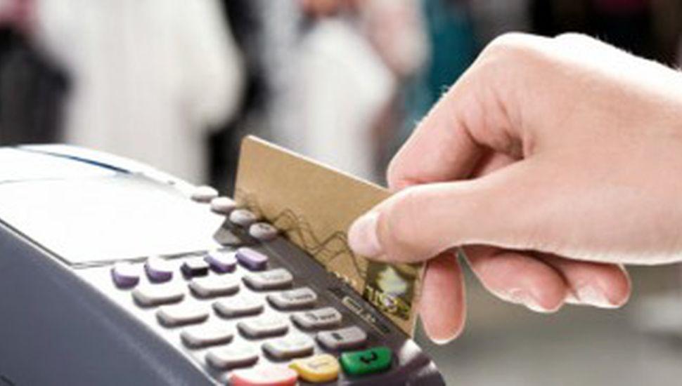 Es oficial: desde abril, deberán aceptar tarjetas de débito para distintas operaciones