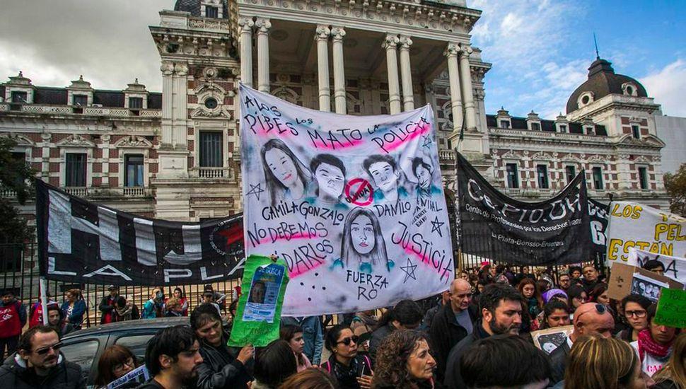 """La movilización terminó frente a la Gobernación, donde ante la ausencia de María Eugenia Vidal, los familiares pidieron """"justicia, respuestas, verdad y memoria""""."""
