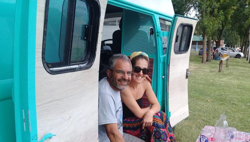 Carolina y Carlos, listos para emprender un viaje sin tiempo ni límites.