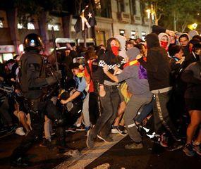 Otra noche de violencia tras la condena a los separatistas