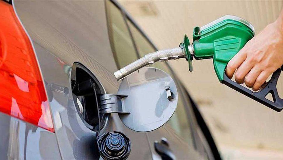 Aranguren pide a las petroleras posponer el aumento de combustibles
