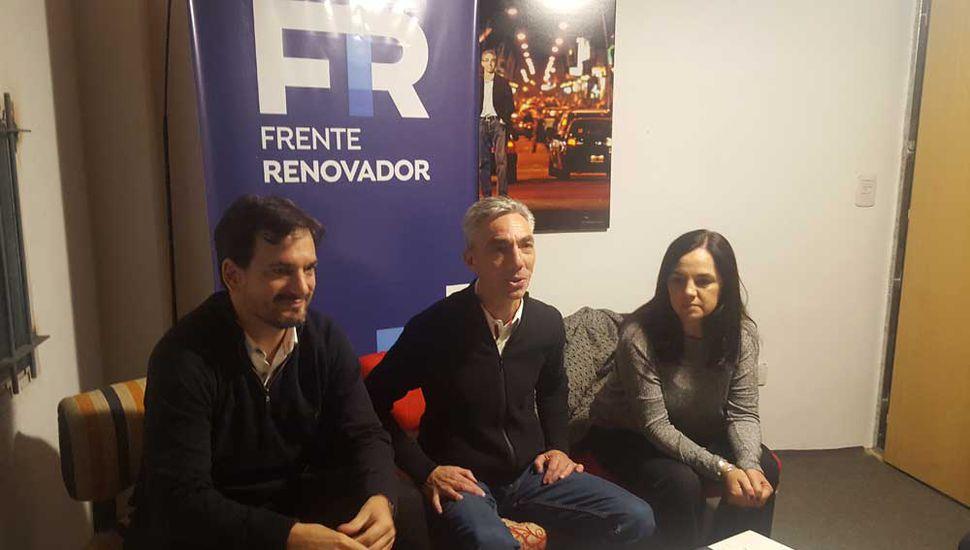 Sebastián Galmarini junto al ex intendente Mario Meoni y la concejal Carolina Echeverría.