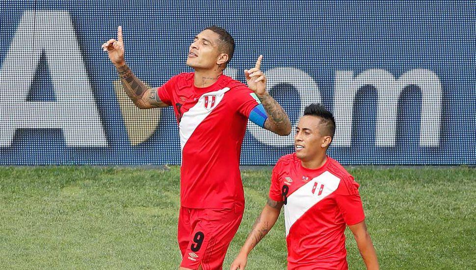Paolo Guerrero festeja su gol, fue el segundo de Perú.