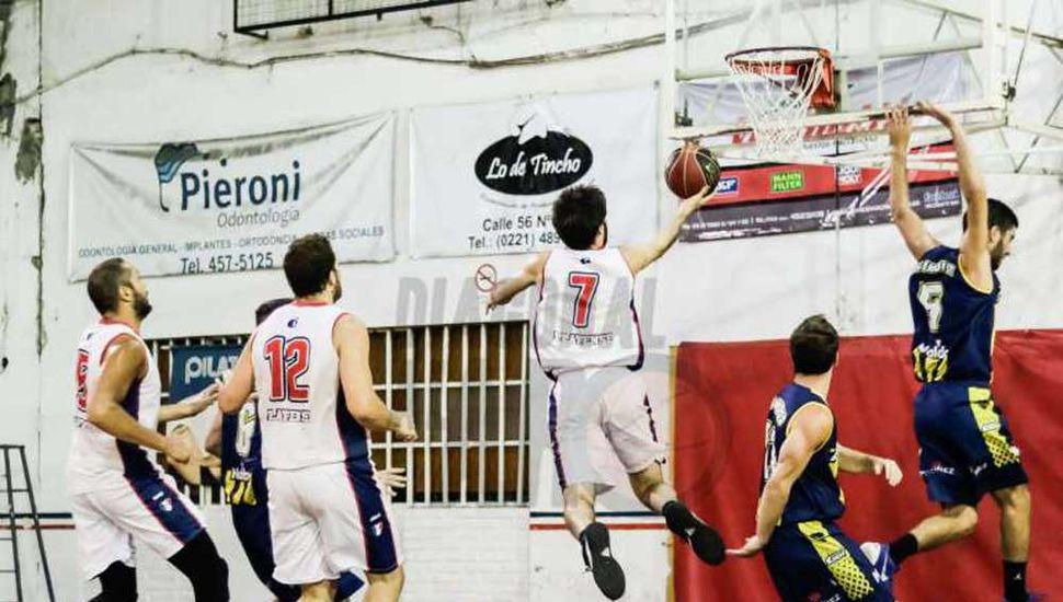 Un pasaje del partido jugado anoche en La Plata.