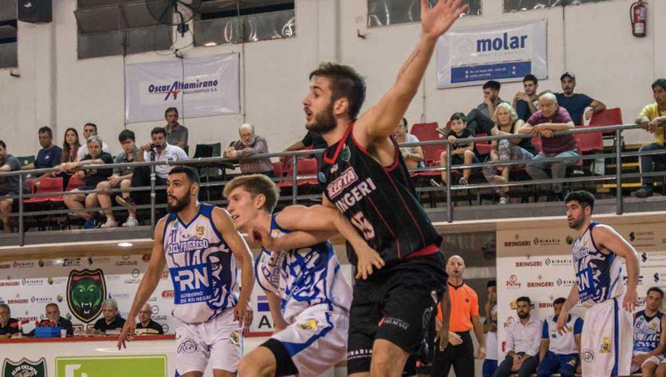 Adrian Maretto (Del Progreso) defendiendo a Nahuel Amichetti (Ciclista).