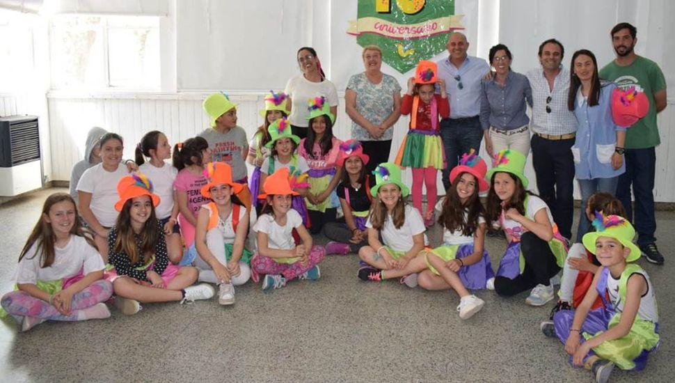 Guerrera y Zavatarelli compartiendo con personal y alumnos de la escuela de Educación Estética Nº 1.