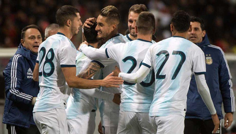 Argentina festeja el único tanto del partido.