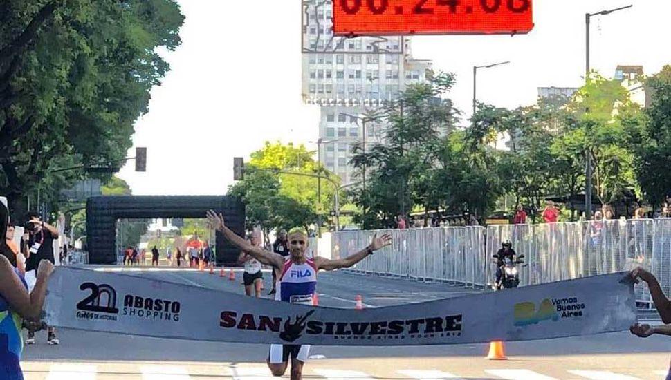Martín Méndez arriba al final de la prueba y se adjudica el triunfo.