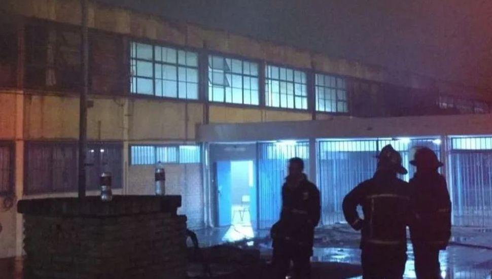 Incendio en una escuela: hay unos 5 mil libros perdidos