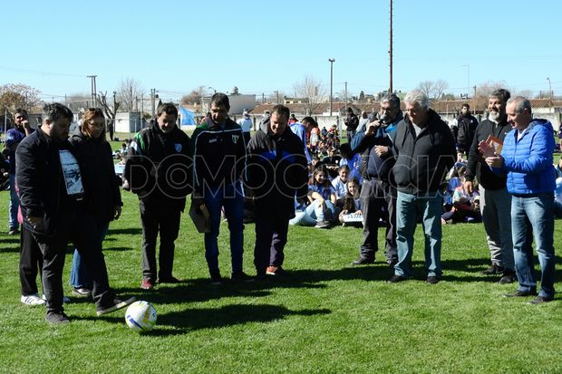 Puntapié inicial, Rivadavia de Junín presentó el nuevo césped.