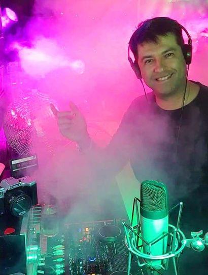 El estudio de Fernando, ambientado como un boliche bailable en las noches retro.