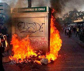 Las protestas por el aumento del boleto del subte provocaron numerosos incendios en edificios y un estado de caos en las calles.