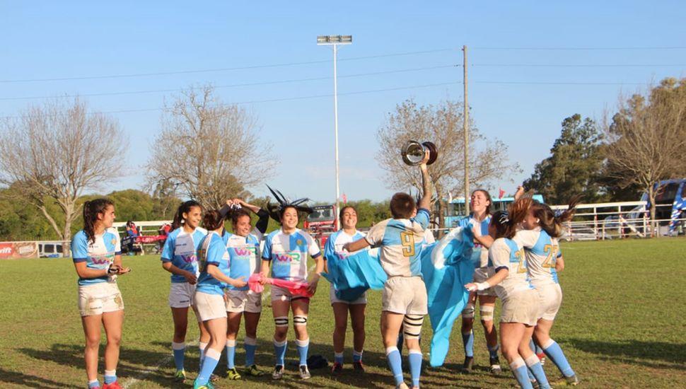 Las chicas del Centro Naval (Urba) festejan el campeonato de Mayores.