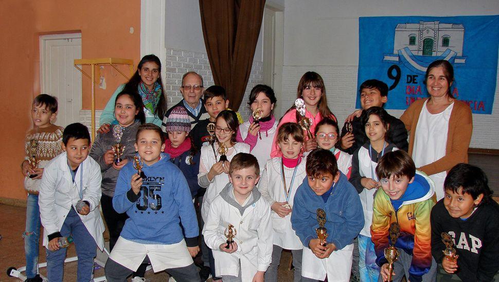 Los educandos premiados luego del certamen realizado en la Escuela N° 24