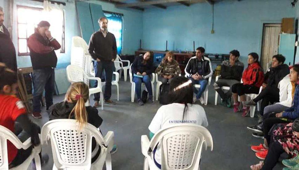 El licenciado Rolando Funes tuvo a su cargo la charla con jugadoras del Club Defensa Argentina.
