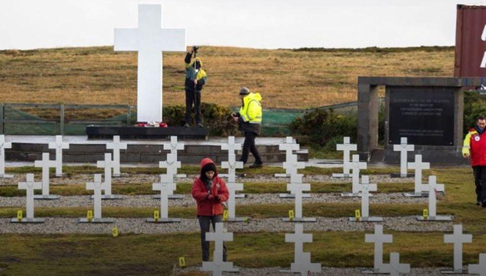 Por primera vez, trasladan desde Malvinas los restos de un soldado