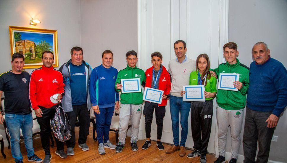 El intendente Petrecca junto a los deportistas y entrenadores que estuvieron presentes en los Juegos Evita.