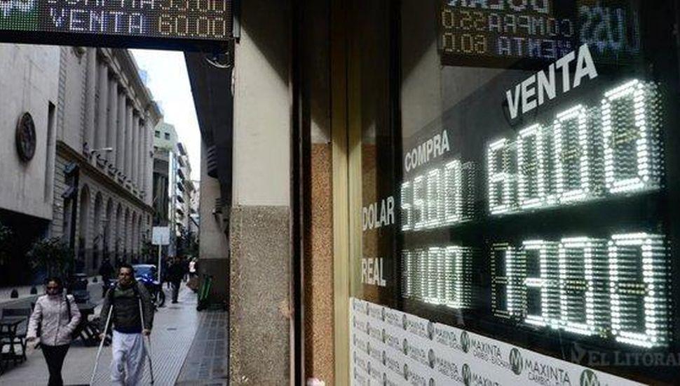 El estrés del mercado dejó el dólar en $58,30 y al riesgo país en su nivel más alto