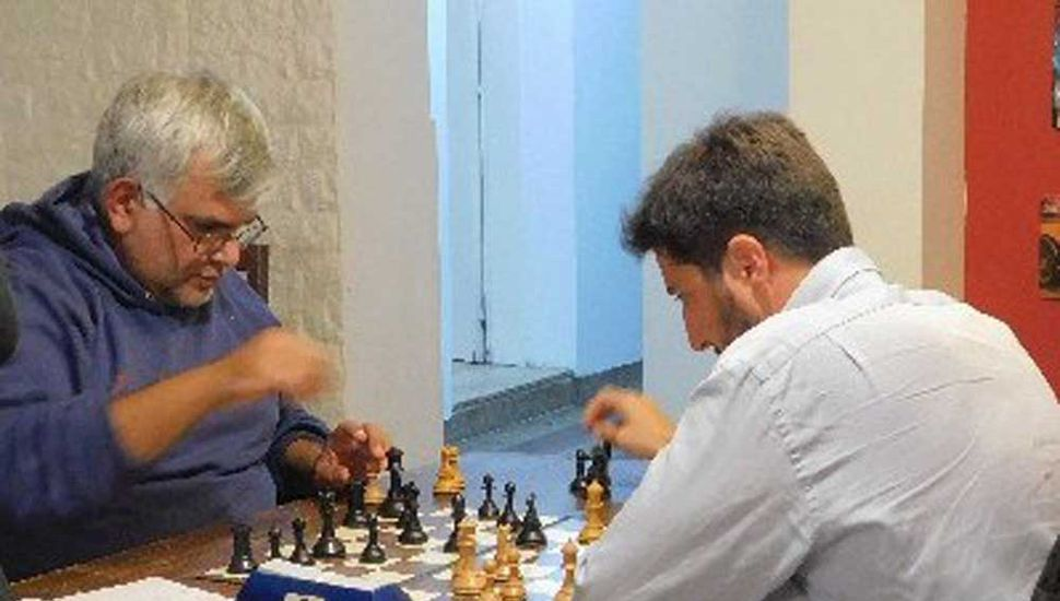 Juan Cruz Sánchez Raad (derecha) se coronó campeón y su rival en esta partida, Santiago Cazaux, terminó tercero.