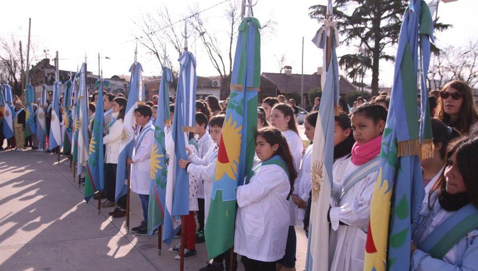 Banderas de ceremonias que engalanaron la concurrida celebración patria.