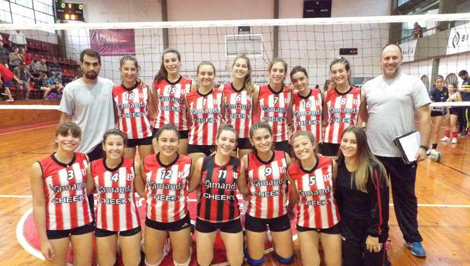 """Un pasaje del encuentro que el Sub-17 del Club Junín le ganó ayer por 3 sets a 1 al conjunto de Municipalidad de Baradero """"A""""."""