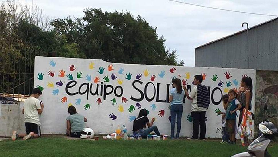 Los chicos pintaron un mural de la agrupación en una calle céntrica de la ciudad.