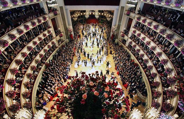 Bailarines danzan en el baile de Ópera Estatal de Viena, en Viena (Austria).