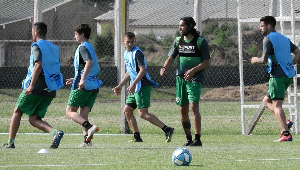 El goleador Pablo Magnín (centro) y otros jugadores del plantel profesional de Sarmiento de Junín en el entrenamiento, pensando en el partido del domingo 20 frente al poderoso Tigre.