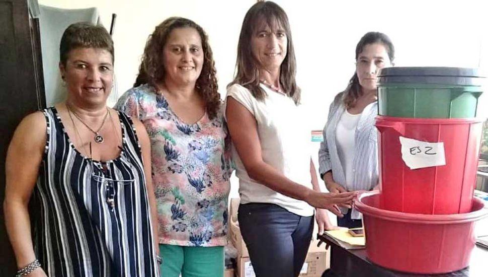 Una de las entrega de equipamiento para cocina, a un centro educativo de la localidad de Villa Francia.