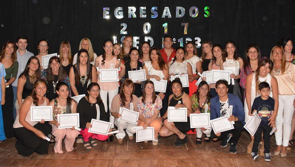 La directora Claudia Marcela Girón, profesores y varios de los graduados sobre el escenario del Cultural.