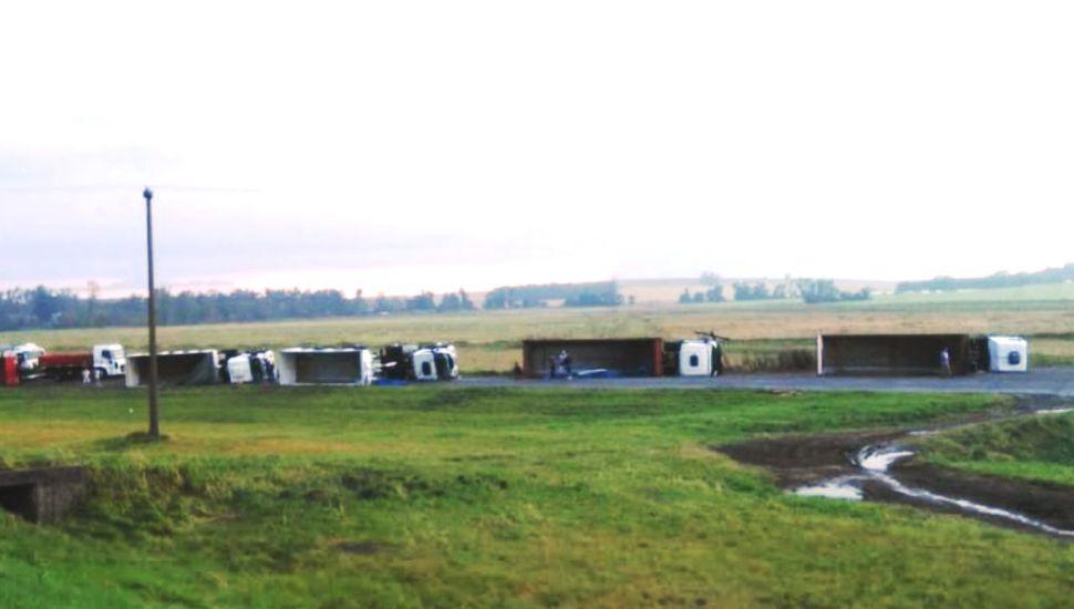 Un tornado derribó cinco camiones en Ruta 3, entre Azul y Chillar