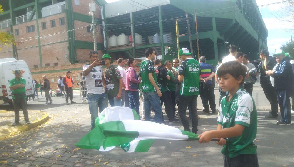 Se abrieron las puertas y los hinchas de Sarmiento ya ingresan al estadio