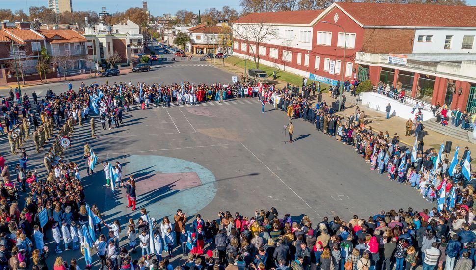 Alumnos prometieron lealtad a la Bandera ante un gran marco de público