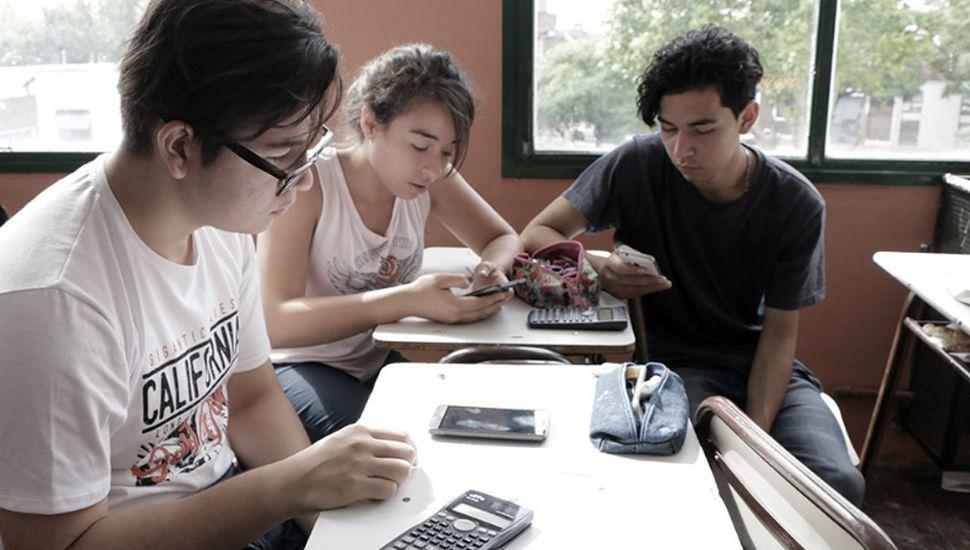 Un 20% de los jóvenes usan el celular las 24 horas, según la encuesta.