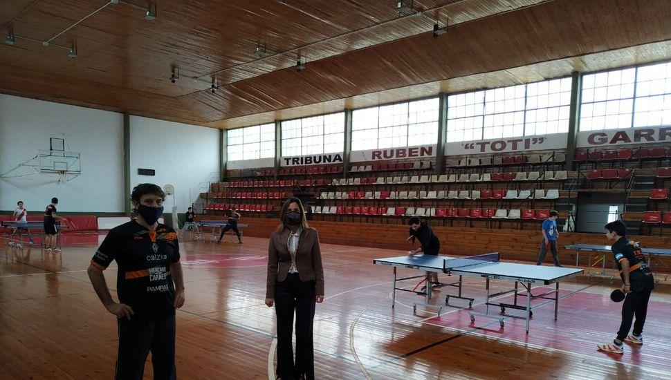 Daniel Bergamini y Agustina de Miguel recorrieron el gimnasio del Club Junín, donde hay cuatro mesas de tenis de mesa.