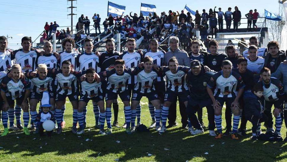 Plantel de Atlético Roberts que es bicampeón 2018 de primera división de la Liga Amateur de Deportes.