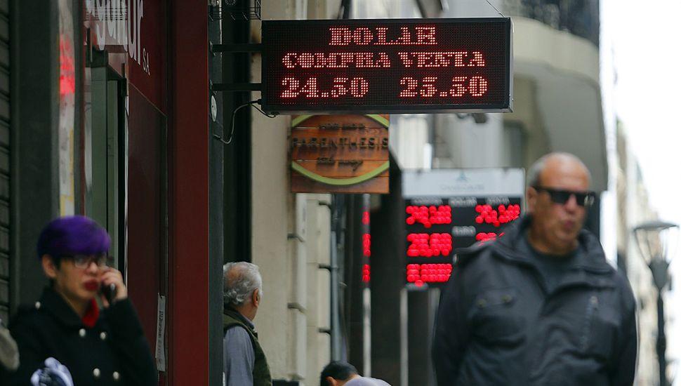 El dólar pegó otro salto y cerró arriba de los $25