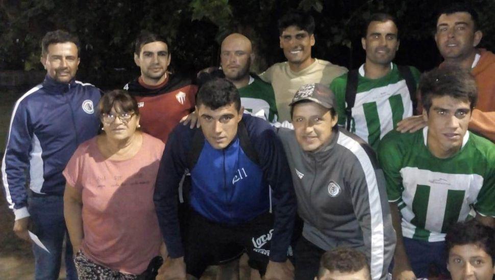 Conjunto campeón invicto de Campamento Pérez al recibir el premio mayor del torneo.