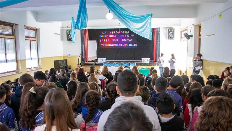 El acto de entrega, en la Escuela Primaria Nº 12.