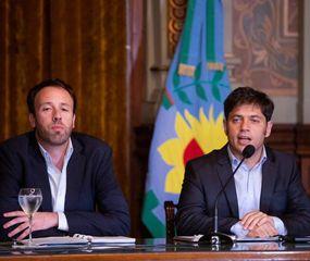 El gobernador Axel Kicillof, junto al ministro de Hacienda y Finanzas, Pablo López.