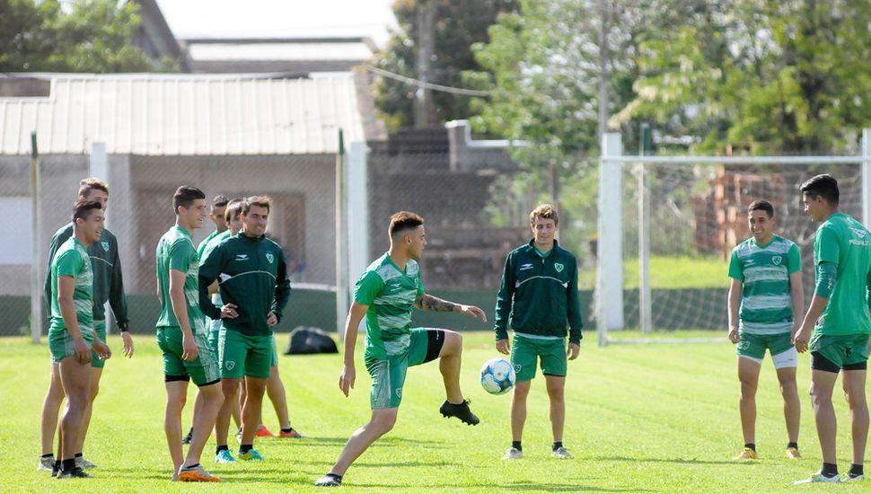 Tras la práctica de ayer, en Sarmiento, resta definir quién será mañana el arquero titular ante Deportivo Riestra.
